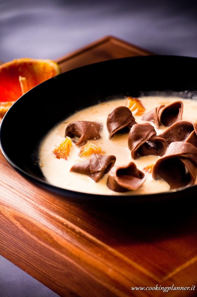Tortellini di cioccolato e nocciole in salsa di arance rosse