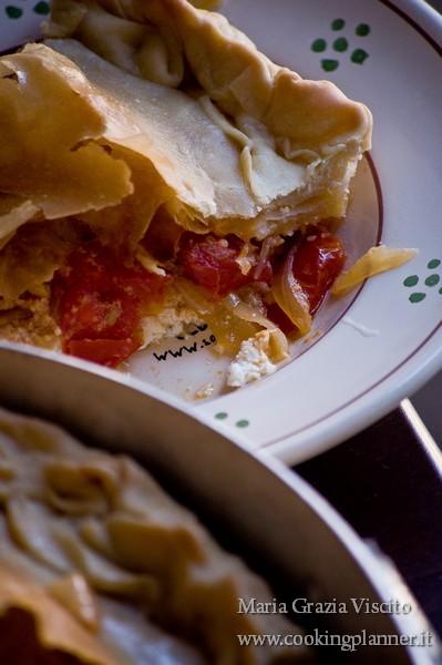 La torta salata ricotta forte, cipolle e pomodorini