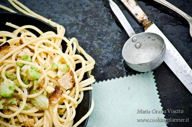 Vermicelli con broccolo romanesco, cipolle, alici e pane bruscato