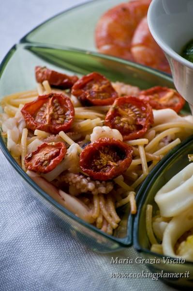 Variazioni di fideuà: fideuà all'acqua di pomodoro, pomodori confit, moscardini e gamberi gamberi
