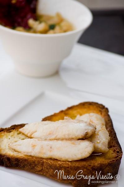 Filetti di triglia in padella  su crostino di pane di Matera all'olio d'oliva e peperoni cruschi e zuppetta di fagioli di Sarconi con brodetto di triglia