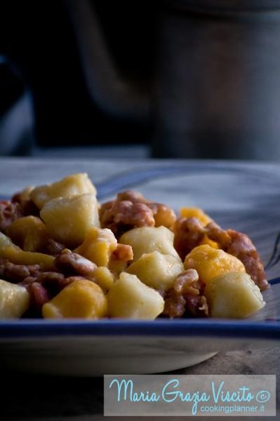 Gnocchi bicolore di sedano rapa e di zucca, con salsiccia e crema di parmigiano e pecorino