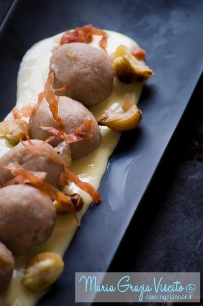 Gnocchi di castagne ripieni di zucca su crema di fontina con prosciutto crudo croccante e caldarroste