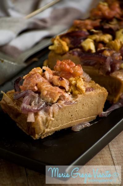 Il castagnaccio salato con cipolle di tropea, salsiccia e noci