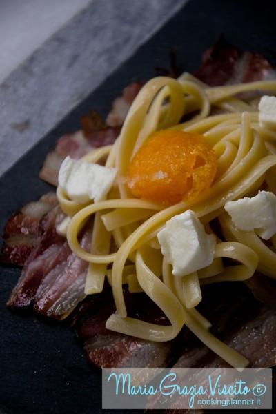 Fresine risottate con acqua di mozzarella, con tuorlo marinato su griglia di pancetta affumicata