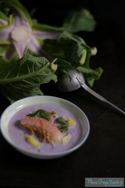 Vellutata di cavolfiore (viola), con gamberoni, patate e noci