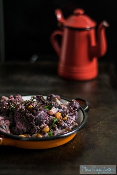 Cavolfiori (viola) al forno con insalata di nocciole