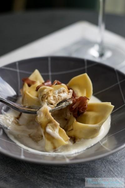 Tortelloni di ricotta con prosciutto crudo su crema di parmigiano e aceto balsamico
