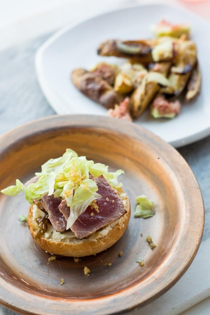 Burger con tataki di tonno, mousse di parmigiano, salsa fichi e balsamico. E quinoa fritta!