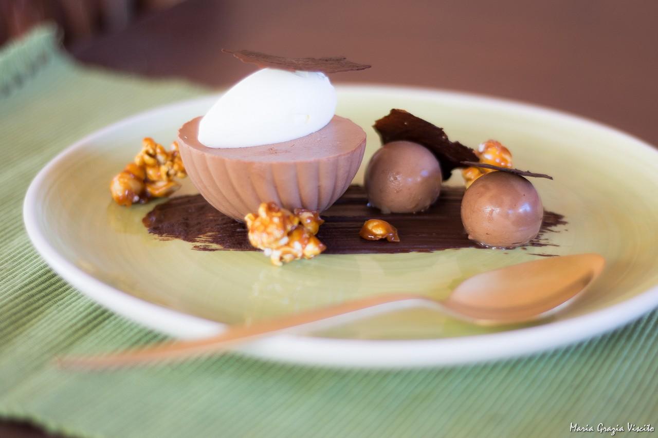 Mousse al cioccolato con pop corn e arachidi caramellate.