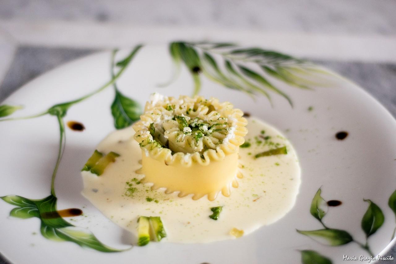Girandole di mafaldone con ricotta, zucchine e mozzarella su crema di parmigiano e farina di spinaci