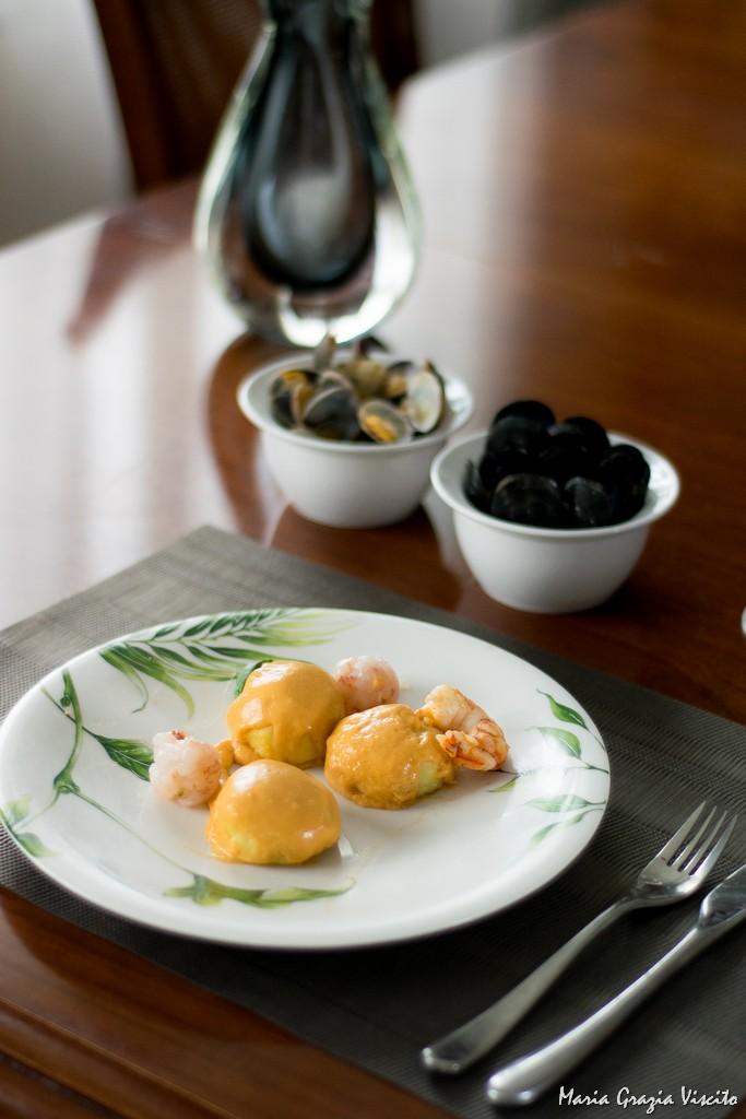 Gnocchi ripieni di pesto, alla bisque di gamberi e sfere di gamberi crudi