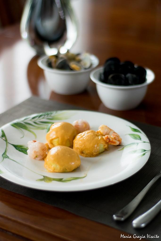 Gnocchi ripieni di pesto, alla bisque di gamberi e sfere di gamberi crudi e cotti